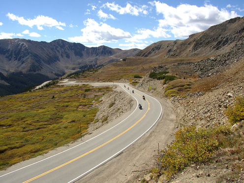 Motorcyclists_approaching_loveland_pass