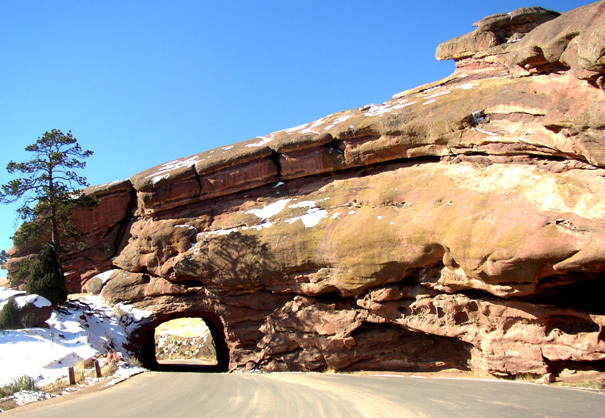 Red_rocks_tunnel_1