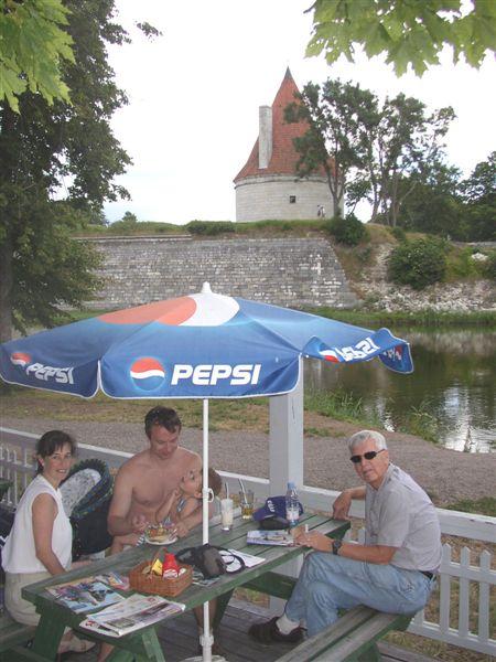 Lunch_beside_the_castle