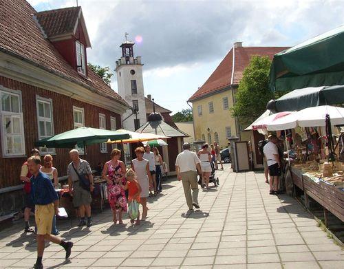 Walking_in_kuressaare_market