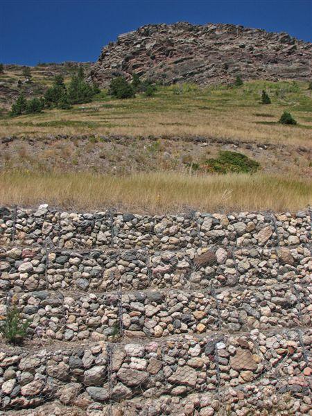 Anti-erosion retaining wall